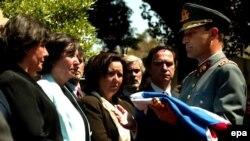Главком Чейре передает национальный флаг дочерям генерала Карлоса Пратса. Пратс был вице-президентом Чили во времена Сальвадора Альенде. Он погиб в эмиграции через год после военного переворота