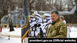Президент Украины, Верховный главнокомандующий ВСУ Петр Порошенко с бойцами Сил специальных операций (ССО) на полигоне в Житомирской области, 17 января 2019 года