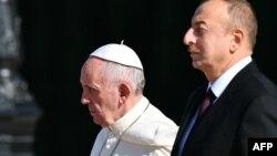Рим папасы Франциск пен Әзербайжан президенті Илхам Әлиев. Баку, 2 қазан 2016 жыл.