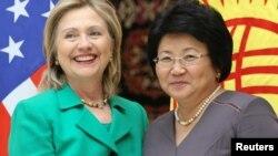 АКШнын мамлекеттик катчысы Хиллари Клинтон жана Кыргызстандын президенти Роза Отунбаева. Ала-Арча резиденциясы, 2-декабрь, 2010-жыл