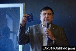 Міхеїл Саакашвілі показує журналістам свій український паспорт. Варшава, 6 серпня 2017 року
