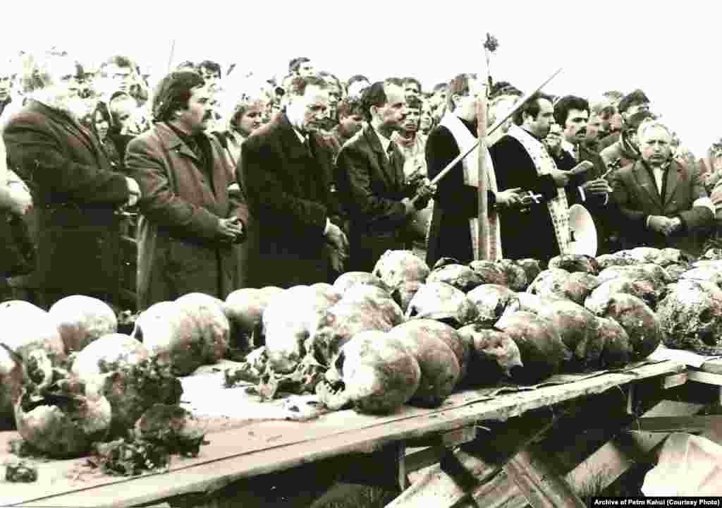 Черепи жертв сталінських репресій із масового поховання в урочищі Дем'янів Лаз біля Івано-Франківська, 1989 рік. Під час розкопок знайшли людські рештки і згодом ідентифікували 524 осіб, страчених у червні 1941 року. Виявлення і розкриття масових поховань жертв сталінських репресій було складовою національно-визвольних процесів напередодні розпаду СРСР