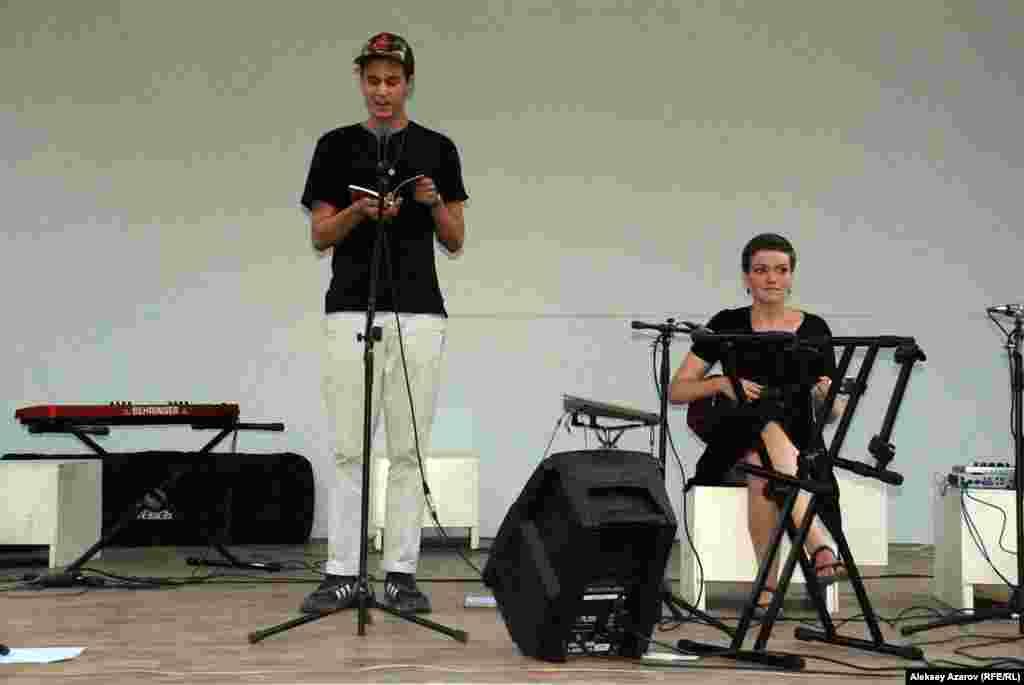 Из американских поэтов, кроме Мишель Чен Браун, в фестивале участвовали студенты Данте Матеро (слева) и Грейс Гарретт.