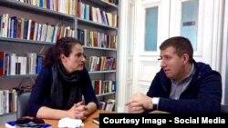 """Olga Ștefan, curatoarea proiectului """"Fragmente dintr-o viață"""", Iași 2016, la o întîlnire pregătitoare cu cu Adrian Cioflâncă"""