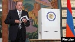 Լեւոն Տեր-Պետրոսյանը քվեարկում է Երեւանի ավագանու ընտրություններում, 5-ը մայիսի, 2013թ.