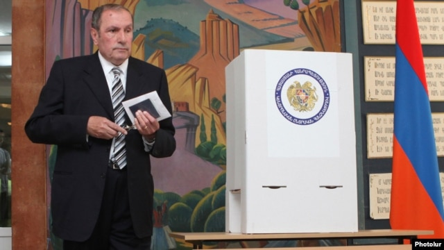Levon Ter-Petrossian casts his ballot in the Yerevan city elections on May 5.