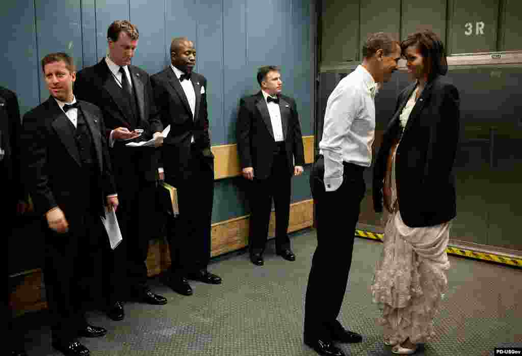 """Фото и комментарии к ним принадлежат официальному фотографу Белого дома Питу Соуза (Pete Souza) - """"В лифте было прохладно, Барак Обама снял пиджак и накинул его на плечи супруги. Этот момент нежности немного смутил охрану и штатных сотрудников, они отвели глаза"""", - вспоминает фотограф. (Один из инаугурационных балов президента США, 20 января 2009 года)"""
