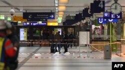 Policia në vendin e sulmit me sëpatë në stacionin hekurudhor në Dyseldorf më 9 mars të këtij viti