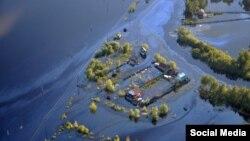 Разлив нефти в Нефтеюганске. Фото Андрея Селезнева
