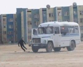 Өртене бастаған полиция автобусы. Жаңаөзен, 16 желтоқсан 2011 жыл