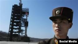 """Солдат охраняет пусковую площадку северокорейской ракеты дальнего радиуса действия """"Унха-3""""."""