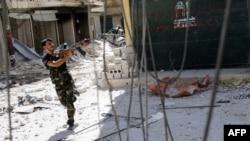 Sirijski pobunjenik cilja na snejperistu vladinih snaga u tokom borbi u Alepu, 13, augusr 2012.