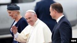 Президент Польщі Анджей Дуда і його дружина Аґата зустрічають папу Римського Франциска в аеропорту Кракова, 27 липня 2016 року