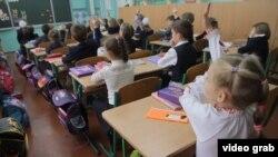 Офіційно безкоштовна шкільна освіта батькам багатьох школярів обходиться у круглу копієчку
