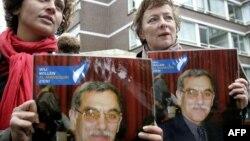 سال ۲۰۰۷ میلادی؛ معترضان به بازداشت آقای منصوری در لاهه با عکسی از او در دست