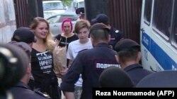 Архіўнае фота. Удзельніцы Pussy Riot Вераніка Нікульшына (зьлева) і Вольга Курачова (у цэнтры) пасьля 15 сутак у маскоўскай турме