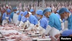 """Моңғолиядағы """"Дархан"""" ет зауытындағы жұмысшылар. 13 тамыз, 2018 жыл"""