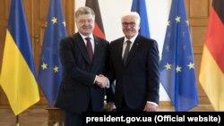Президент України Петро Порошенко (ліворуч) і президент Німеччини Франк-Вальтер Штайнмайєр під час зустрічі в Берліні, 10 квітня 2018 року