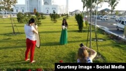"""Фотография, сделанная модельным агентством на территории мечети """"Минор"""". 3 июня 2015 года, Ташкент."""
