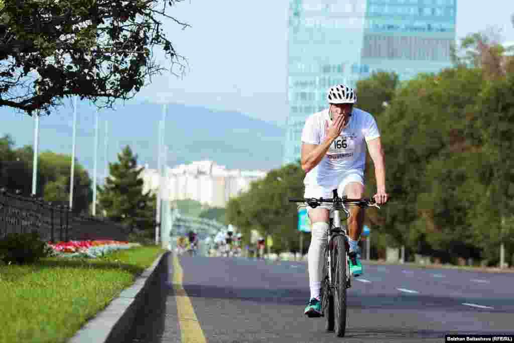 Дуатлонның екінші кезеңінде Алматыдағы әл-Фараби даңғылы бойымен 20 шақырымға велосипедпен жарыс өтті.