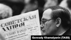 Депутат в перерыве между заседаниями съезда за чтением газеты. СССР, 1989 год
