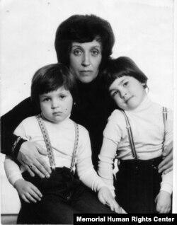 Арина Гинзбург с сыновьями Алексеем и Александром. Фото для международного паспорта, июнь 1979 года. Архив Международного Мемориала
