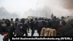 Зафіксований журналістом на камеру поліцейський за мить до розприскування газу з балончика, Київ, 3 березня 2018 року