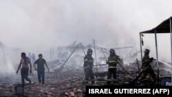 Пожежники на місці вибуху в передмісті Мехіко, 21 грудня 2016 року
