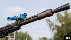 Donetskdə keçirilən hərbi paradda Ukrayna bayrağı silahın lüləsinə bağlanıb. 24 avqust 2014