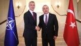 NATO-nyň baş sekretary Ýens Stoltenberg we Türkiýäniň daşary işler ministri Mewlut Çawuşoglu. Ankara. 6-njy maý.