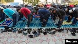 Айт намазын оқып тұрған мұсылмандар. Алматы, 15 қазан 2013 жыл.