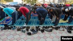 Верующие во время молитвы в канун Курбан-айта. Алматы, 16 октября 2013 года.