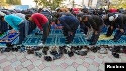 Айт намазын оқып тұрған адамдар. Алматы, 15 қазан 2013 жыл. (Көрнекі сурет)