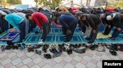 Мусульмане молятся во время Курбан-айта в мечети Алматы. 15 октября 2013 года.