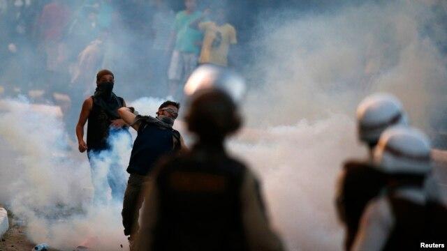 درگیری پلیس برزیل با معترضان، پیش از آغاز یکی از مسابقات جام کنفدراسیون در برزیل، عکس تزئینی است