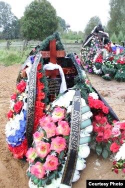Могила десантника Олександра Осипова. З неї була потім знята табличка з ім'ям. Фото надане газетою «Псковська губернiя»