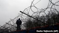 Policija na granici Mađarske i Srbije gde je podignut žičani zid zbog prelazaka izbeglica