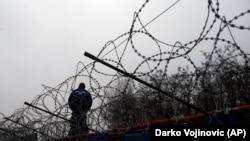 Сотрудник венгерской полиции на границе с Сербией недалеко от лагеря мигрантов. 8 февраля 2017 года.