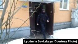 Один из полицейских покидает дом Светланы Прокопьевой после обыска