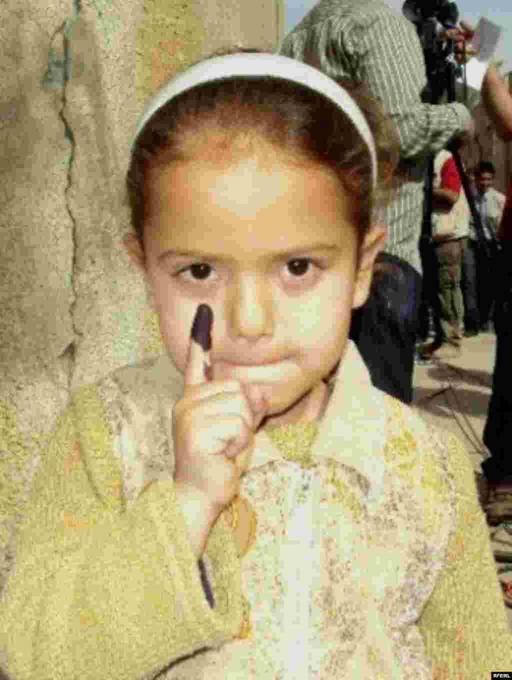 A young Iraqi girl in Baghdad after accompanying her family to their polling station. (Photo: Radio Free Iraq)