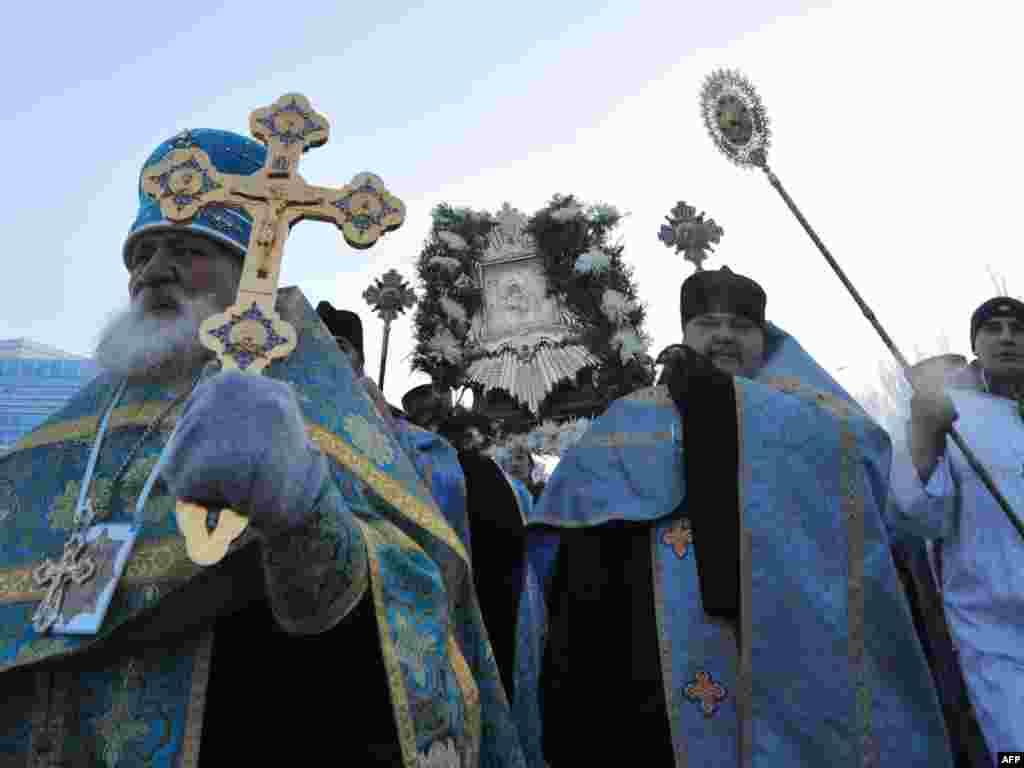 Православные Кыргызстана встречают Почаевскую Чудотворную икону Божьей Матери подаренную православной общиной Украины.
