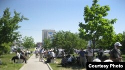 Нефтяники пикетируют акимат Мангистауской области. Актау, 2 июня 2011 года.