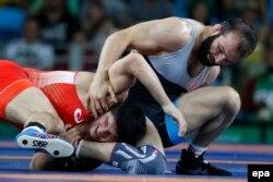 Абдулрашид Садулаев (в красном) на Играх-2016