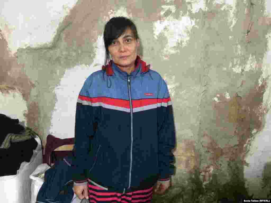 """Жительница Атырау Айгуль Жангалиева: """"Мы совсем измучились, стены дома разрушаются и разваливаются. Перед тем как ложиться спать, молимся, чтобы дом не обрушился на наши головы""""."""