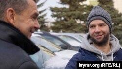 Активісти зустрічають Нурі Примова біля будівлі колонії в Росії