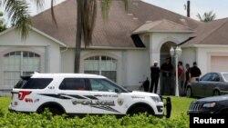 نیروهای پلیس در برابر خانه فرد مهاجم