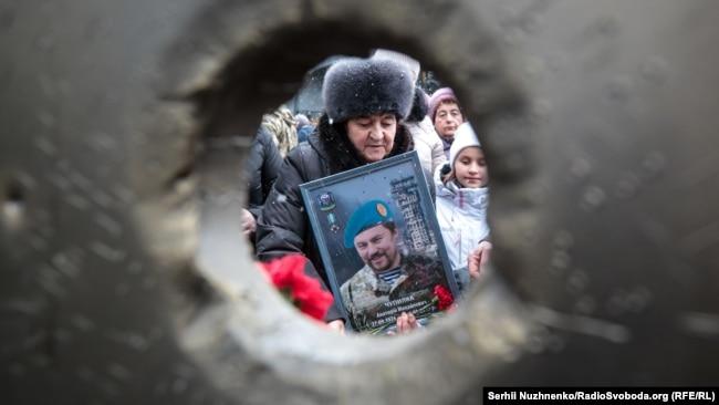 За даними громадських організацій родин загиблих та учасників АТО/ООС – під час оборони Донецького аеропорту загинули понад 200 українських військових, а понад півтисчі отримали поранення. Багатьох із них відзначено державними нагородами, більшість – посмертно