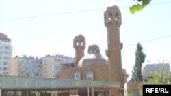 Avqustun 17-i axşam Bakıdakı «Əbu-Bəkr» məscidi kimi tanınan «Cümə» məscidinə qumbara atılıb. Rəsmi məlumata görə, hadisə nəticəsində 2 nəfər ölüb, 11 nəfər isə yaralanıb