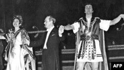 """მარცხნიდან: მარია კალასი, ანტონიო ვოტო და ფრანკო კორელი """"ლა სკალას"""" სცენაზე. მილანი, 1960."""