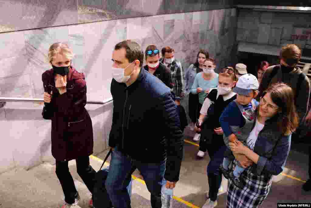 Северинець прямує додому з мітингу, за ним дружина та син, а також деякі прихильники